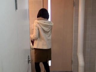 Japanese hottie peeing